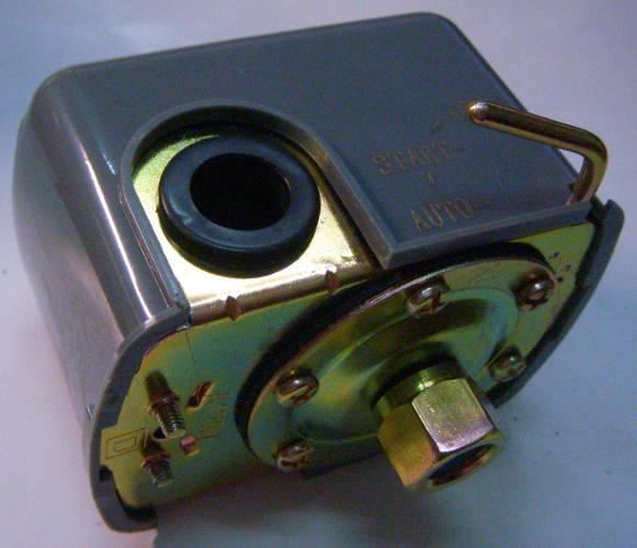 Автоматика давления насосной станции с защитой от сухого хода. В случае отсутсвия воды на входе отключает насос. Нагрузка 10-16 Ампер, диапазон давлений 1-5 Атмосфер