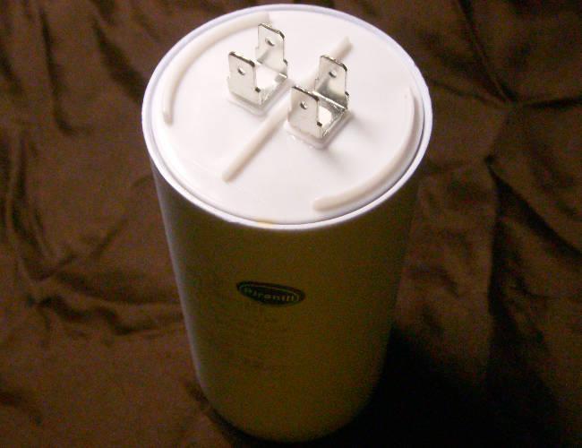 Универсальный конденсатор 100µF на 4 контакта